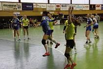 Házenkářky Zory (v modrém) porazily ve čtvrtfinále poháru Hodonín 34:21