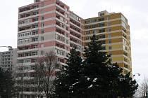 Panelák v Heyrovského ulici (v popředí), kde došlo k tragédii. Po pádu ze 13. patra zemřela sedmiletá dívka a její matka