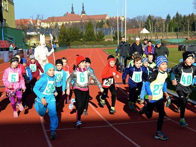 Mikulášský běh na atletickém stadionu v Olomouci
