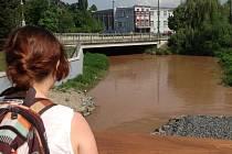 Jez u olomoucké sokolovny. Mlýnský potok rozvodnily srážky, které o víkendu spadly na desítky kilometrů vzdáleném Moravskotřebovsku