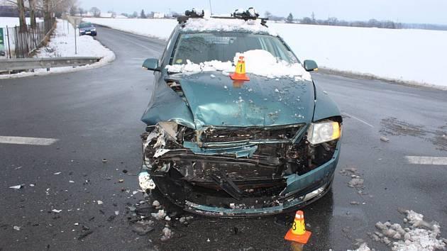 Pondělí, 4. února, nehoda dvou aut na silnici mezi Věrovany a Tovačovem.