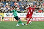 Olomoučtí fotbalisté (v červeném) remizovali se Slováckem 0:0Milan Heča (brankář) a  Tomáš Chorý