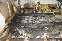 Vyhořelá podkrovní místnost rodinného domu ve Vsisku.