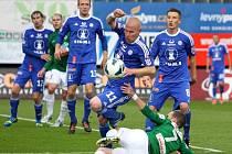 FK Baumit Jablonec vs. SK Sigma Olomouc - v souboji jablonecký Filip Novák (na zemi) s Janem Schulmeisterem před brankou Olomouce