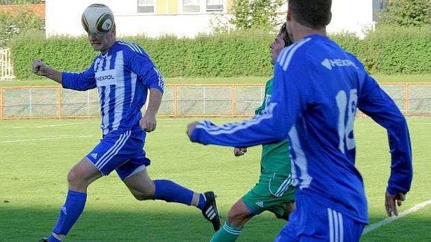 Uničovští fotbalisté (v modrém)