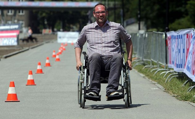 24hodinová štafeta na vozíku volomouckých Smetanových sadech
