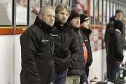 Olomoučtí hokejisté (v bílém) porazili Karlovy Vary 3:2 v prodloužení. Zdeněk Venera, trenér Olomouce (vlevo), Jan Tomajko, asistent.