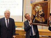 Prezident Zeman dostal v Olomouci od hejtmana Rozbořila obraz a šachy