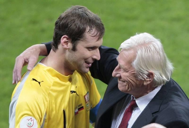 říjen 2007. Karel Brückner s Petrem Čechem po vítězství nad Německem 3:0 před 66 tisíci diváků v Mnichově (kvalifikaci na Euro 2008)