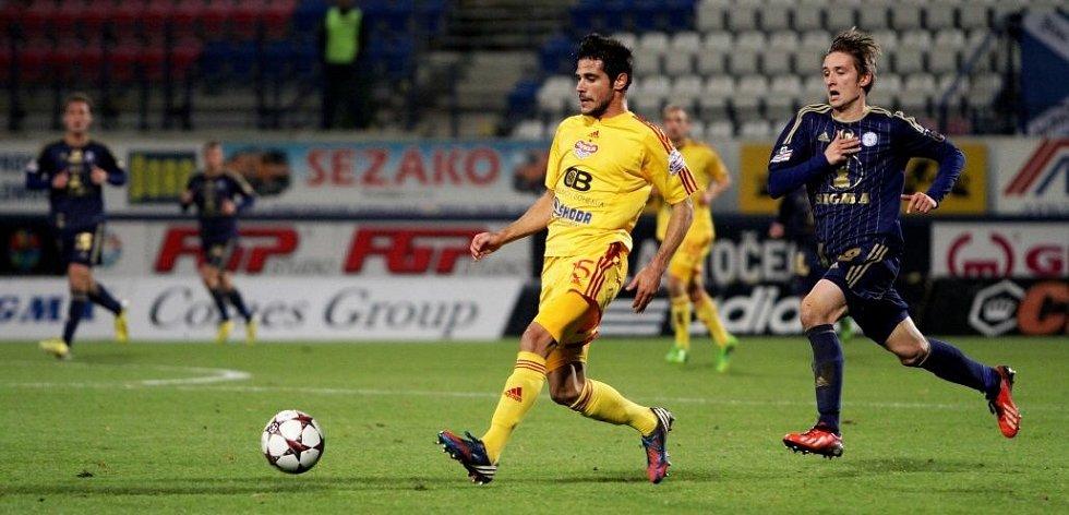 José Antonio Romera (s míčem) a David Houska