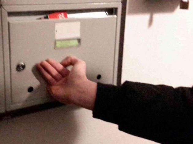 Olomoučtí hasiči pomáhali mladému brigádníkovi, jemuž při roznášce letáků uvízl prst v poštovní schránce.