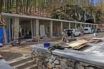 Jaro 2015. Stavba nové správní budovy a nádvoří v Javoříčských jeskyních