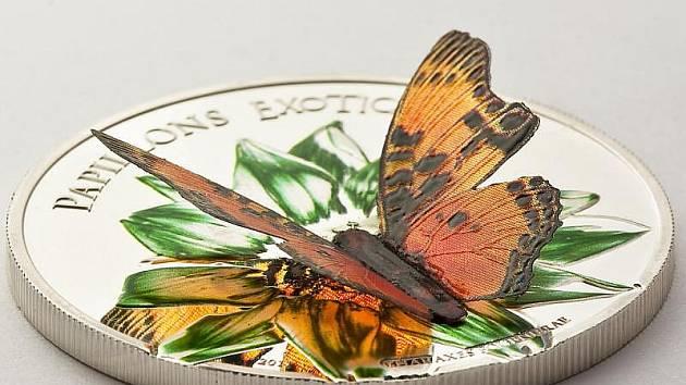 Stříbrná kolorovaná mince s motýlem má nominální hodnotu 1000 středoafrických franků