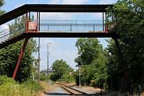 Nadchod přes železniční trať mezi ulicemi Na Trati a Václavkova