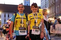 Nevidomý běžec Aleš Příborský se svou trasérkou Kamilou Petrovou v cíli Olomuckého půlmaratonu