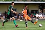 Fotbalisté Sigmy (v oranžovém) prohráli s MFK Skalica 0:2. David Houska (vpravo)