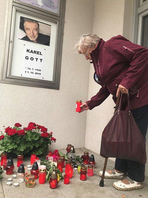 Na Karla Gotta vzpomínají ive Šternberku. Zapálit svíčku přicházejí lidé kMěstskému kulturnímu zařízení.