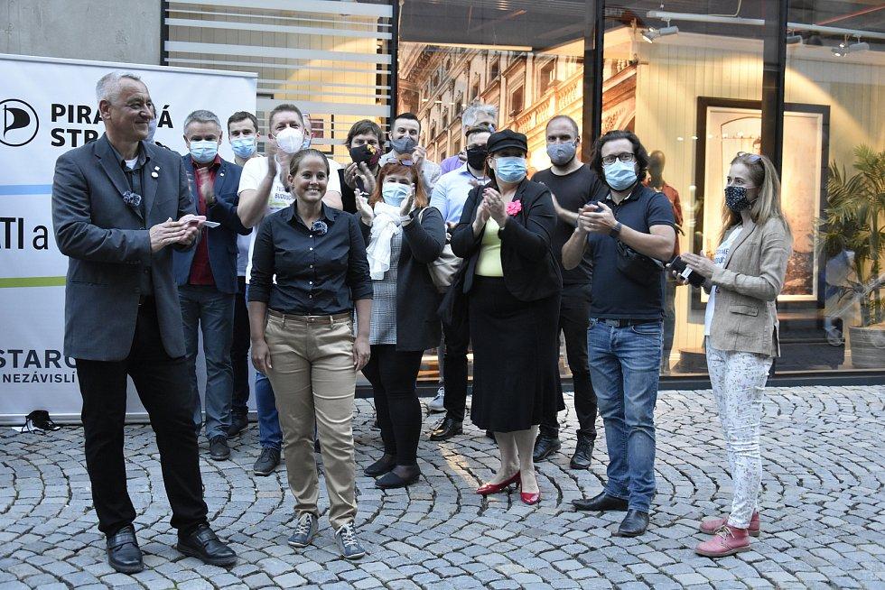 Členové Pirátů a Starostů před Galerií Moritz v centru Olomouc, vlevo lídr Josef Suchánek. 3. 10. 2020