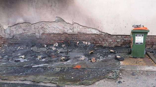Následky série požárů plastových kontejnerů na Olomoucku