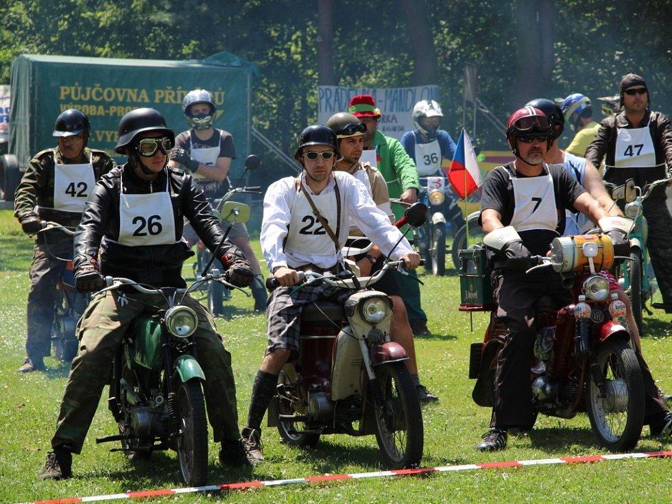 Na start prvního ročníku Fichtlfest v Horce nad Moravou na Olomoucku se v sobotu postavilo na padesát strojů značky Jawa Pionýr, Babeta a moped Stadion.