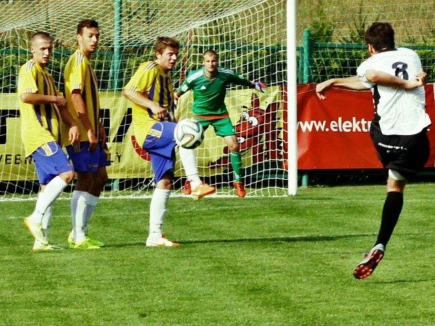 Fotbalisté Dolan (ve žlutomodrém)