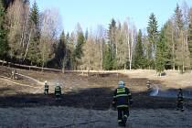 Hasiči zasahují při požáru v Jindřichově.