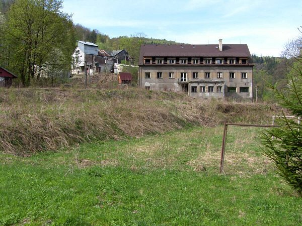 Stávající podoba areálu na zpracování břidlice a hotelu vHrubé Voděě
