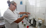 Krajská hygienická stanice Olomouc sleduje kvalitu vody ke koupání na přehradě Plumlov a bývalé pískovně Poděbrady u Olomouce. Mikroskopem sledují sinice a kultivací mikrobiologickou nezávadnost.