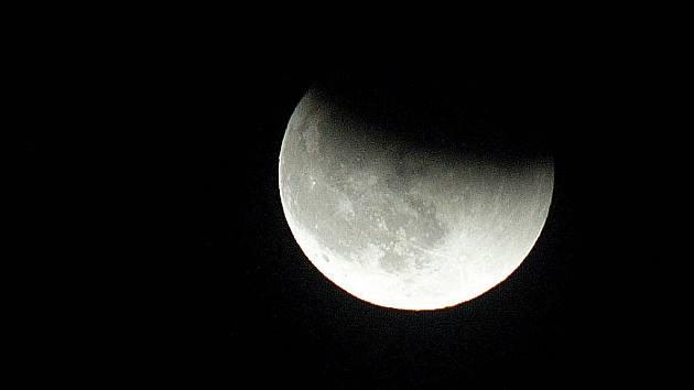 Zatmění Měsíce a krajina kolem
