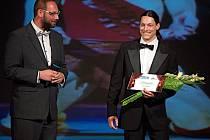 Za balet získal cenu čtenářů Deníku Ivo Jambor (na snímku vpravo), který se stal také absolutním vítězem Ceny čtenářů Olomouckého deníku. Vlevo šéfredaktor Olomouckého deníku Martin Dostál. Galavečer na úvod nové sezony Moravského divadla.
