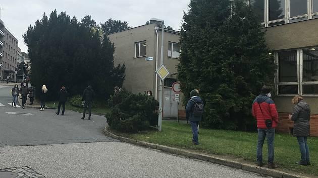 Fronta u odběrového místa ve FN Olomouc v pondělí dopoledne. 19. října 2020
