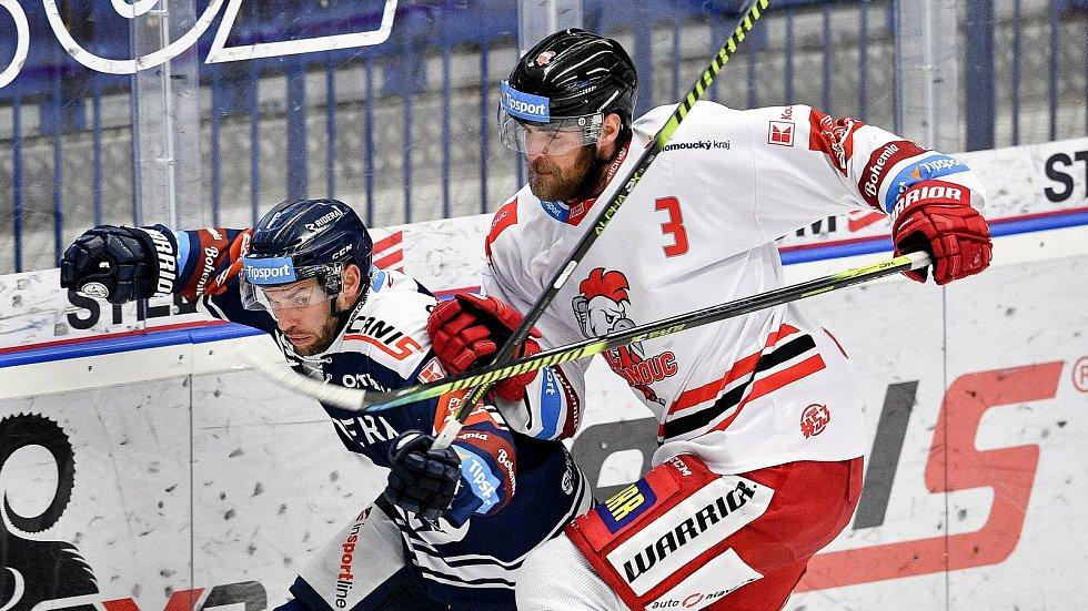 Utkání 38. kola hokejové extraligy: HC Vítkovice Ridera - HC Olomouc, 22. Ledna 2021 v Ostravě. (zleva) Vladimír Svačina z Vítkovic a David Škůrek z Olomouce.