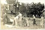 """Začátky JZD v Přáslavicích v roce 1954. Mlácení """"Za Frankovým"""" za účasti členů JZD. Mlácení prováděla Strojní traktorová stanice (STS) Olomouc, pobočka ve Velké Bystřici."""