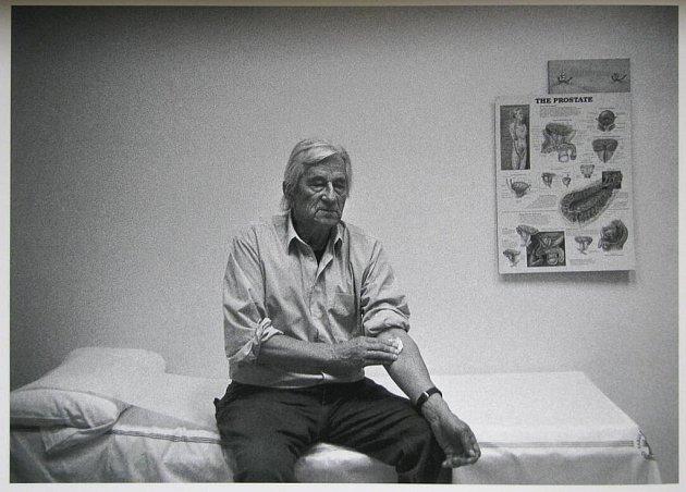Fotbalový stratég a bývalý trenér reprezentace Karel Brückner na preventivním vyšetření. Snímek Jindřicha Štreita ze série Tichá nemoc věnované tématu rakoviny prostaty