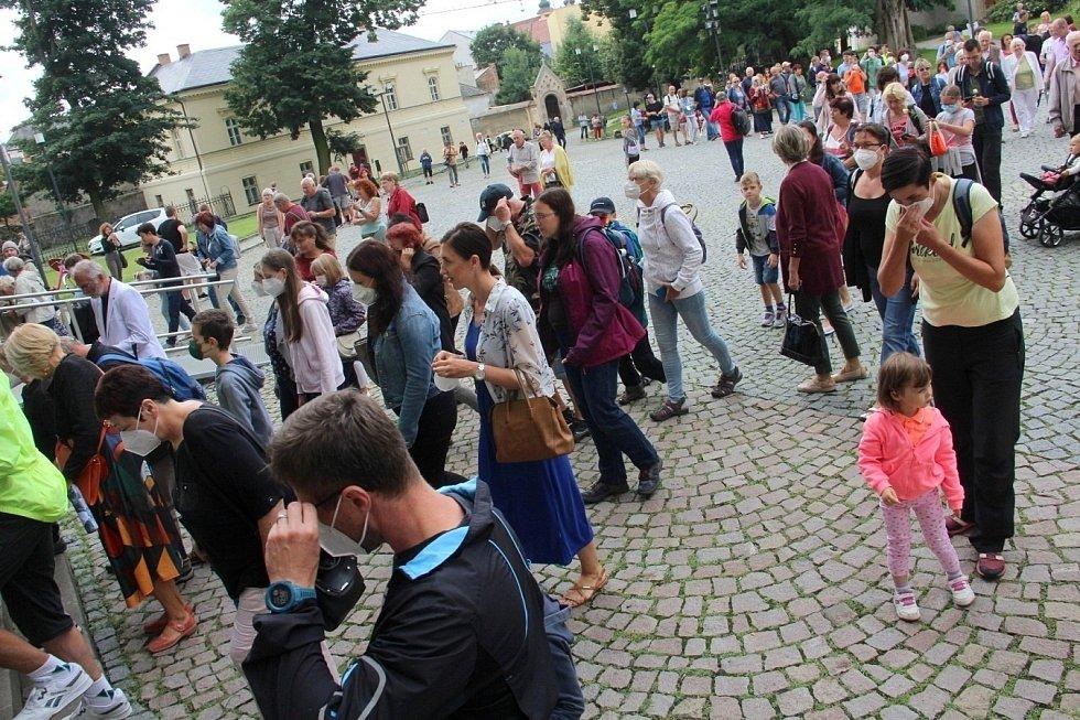 Lidé vcházejí do olomoucké katedrály uctít památku zavražděného krále Václava III., 4. srpna 2021