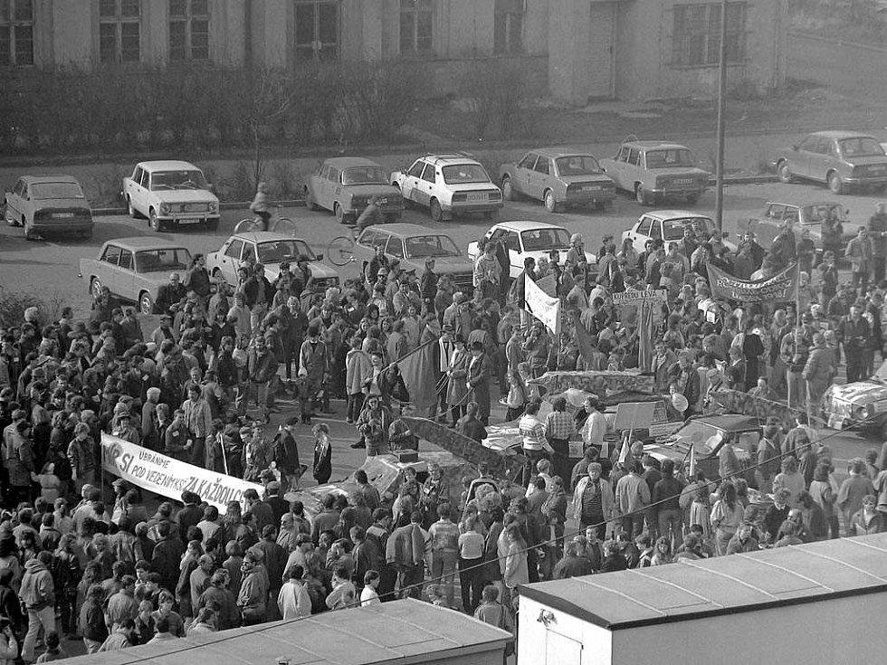 Vítězný únor 1990. Jeden z revolučních happeningů studentů UP
