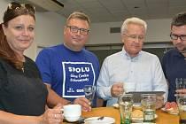 Koalice SPOLU sledovala výsledky voleb v olomouckém hotelu Flora, 9. října 2021. Zleva olomoučtí radní Markéta Záleská a Martin Major, bývalý olomoucký primátor a hejtman Ivan Kosatík a Radim Kašpar (všichni ODS).