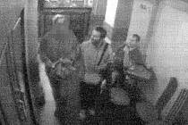 Podezřelý pachatel znásilnění s tmavou bradkou a vlasy vedle vyšší ženy