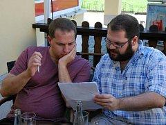 Absolventi Univerzity Palackého Tomáš Uher (vpravo) a Milan Cyroň se pustili do svého dalšího snímku. Tentokrát s názvem Pláč svatého Šebestiána. Na to, aby film vznikl, se však můžete podílet i vy.