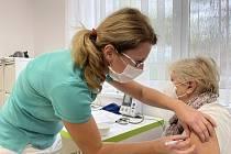 Dočkali se. Praktičtí lékaři očkují proti koronaviru vakcínou Comirnaty od společností Pfizer/BioNTech. V ordinaci lékařky Jarmily Ševčíkové v Bohuňovicích tento týden 10 zájemců, podobný počet plánují v týdnu příštím. 26. října 2021