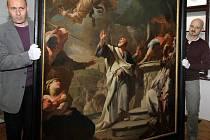 Petr Bielesz (vlevo) a kurátor připravované výstavy Olomoucké baroko Ondřej Jakubec nesou do obrazárny vzácný restaurovaný obraz Souboj svatého Petra s Šimonem Mágem od malíře Paula Trogera