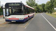 Neznámý řidič ve fabii na silnici ke Svatému Kopečku omezil protijedoucí autobus MHD