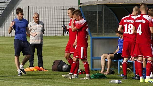 Fotbalisté Uničova s trenérem Dušanem Žmolíkem (vlevo). Ilustrační foto