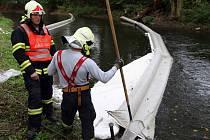 Hasiči zasahují po úniku neznámé látky do ramene řeky Moravy v Olomouci