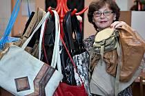 Dvaceti čtyřmi kabelkami přispěla ZŠ Tererovo náměstí do kabelkového velerthu Deníku. Duší sbírky je paní zástupkyně ředitele Ludmila Vaněčková.