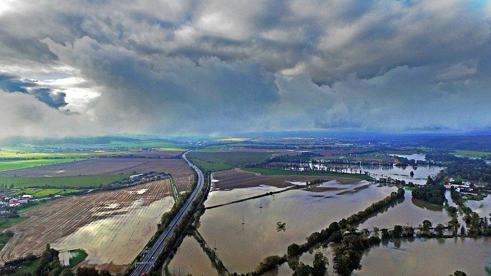 Rozlitá řeka Morava na Císařských loukách u Mladče 15.10.2020.