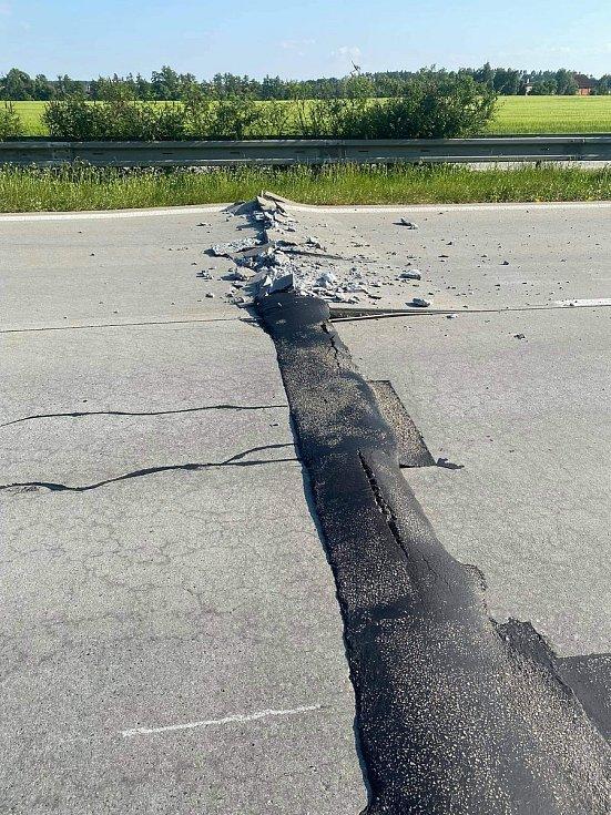 Popraskaná dálnice D35 mezi Velkým Újezdem a Přáslavicemi vlivem extrémních teplot