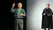 BOŽÍ MLÝNY. Adaptaci románu Jana Vrby uvede se souborem činohry Moravského divadla režisér Roman Vencl. V inscenaci zazní tucet písní Jaromíra Nohavici.