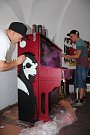 Piáno ozdobilo nové graffiti a chystá se na přesun