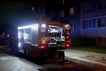 Hasiči zasahují v budově domova s pečovatelskou službou v Přichystalově ulici v Olomouci.